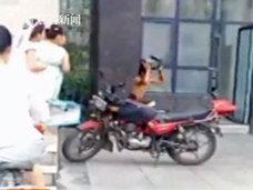 屈辱感ハンパなし! 電動バイク部品の窃盗犯に「裸スクワットの刑」