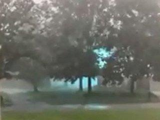 """【衝撃動画】巨大な""""火の玉""""が豪雨の中を転がる様子が激写される! 超常現象の決定的瞬間!"""