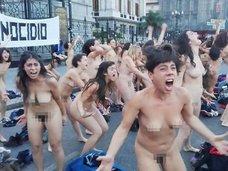 フェミニズム団体の女性120人が全裸で一斉に吠えまくる衝撃動画! 世界で多発する「フェミサイド(女性殺し)」への怒りとは?=アルゼンチン