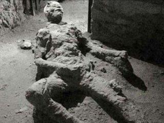 """2千年前の火山噴火で""""オナニー中に死んだ""""ポンペイ市民の姿が超話題! 上体を反らし、恍惚の表情…「偉大な男だ」と賞賛の嵐!"""