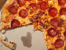 英男性がピザのプレゼントを口実にアメリカで行方不明になっていた少女を発見!