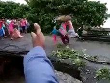 【閲覧注意】豪雨で橋が崩落、渡っていた家族が濁流に飲み込まれる決定的瞬間! 死を傍観することしかできない圧倒的無力感=インド