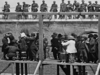 【【歴史的閲覧注意】公開処刑は大衆娯楽のひとつだった! 斬首、肉削ぎ、銃殺の決定的瞬間を捉えたクラシックな残虐写真たち