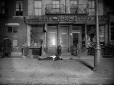 【閲覧注意】殺人、自殺、マフィア… 写真で甦る「NY暗黒時代と死体」 ― 100年を経てアートになった犯罪現場が恐ろしくも味わい深い!