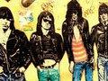 """バンドメンバーが全員死んだ""""ラモーンズの呪い""""とは? 黒づくめの男が雷鳴とともに""""死の宣告""""をしていた!"""