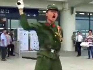 【日本の軍服を着た中国人ユーチューバー 怒れる群衆に袋叩きされた上、「公共の秩序」乱した罪で逮捕