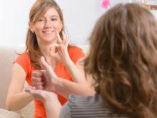 同じ聴覚障がいでも「ろう者」「難聴者」「中途失聴者」で異なるコミュニケーション方法