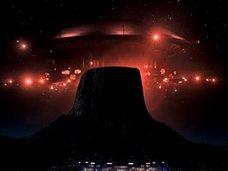 """【奇景】UFOの着陸場所「デビルズタワー」がヤバすぎる! 死ぬまでに一度は行きたいオカルトの聖地で""""未知との遭遇""""も可能!?"""