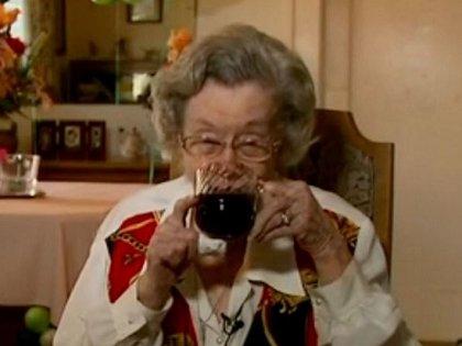 """106歳のお婆ちゃんが""""不健康すぎる""""長生きの秘訣を暴露!「1日3本ドクターペッパー」「飲むなと忠告した医者は皆死んだ」"""