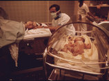 """【閲覧注意】野糞するように路上で出産した女のハンパない衝撃 ― 膣から赤ん坊が""""チュルン""""、オギャーの奇跡映像"""