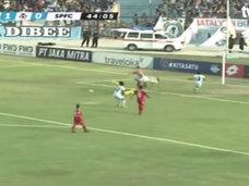 【閲覧注意】サッカー試合中にGKが死んだ決定的瞬間がヤバすぎる! 頭・首・胸に膝蹴りがモロ直撃、宙を舞う身体…!=インドネシア