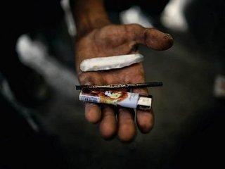 【閲覧注意】薬物中毒で「黒煙のゾンビ」になった男 ― ゾンビドラッグ依存者、ハイになって自らに火をつける