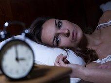 """【衝撃】しっかり寝たければ""""目をカッ開いていればよい""""ことが判明! 学者が究極の不眠解消法と目覚め方法を紹介"""