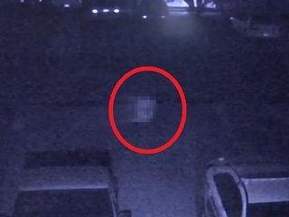 """【衝撃動画】""""手足のない""""白い幽霊が駐車場をスキップ! 「いわくつき物件」の監視カメラが捉えたガチ恐怖映像に全米戦慄!"""