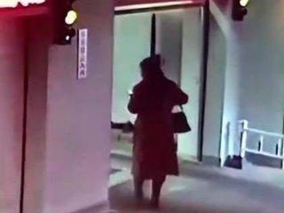 """【閲覧注意】歩きスマホが招いた""""ピタゴラスイッチのような""""事故がヤバすぎる! 愚かな女が踏み込んだ死の迷宮「機械式駐車場の内部」=中国"""