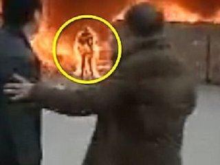 """【閲覧注意】携帯電話を取りに火災現場に戻った男はこうなる ― 炎の中から出てきた""""火だるまゾンビ""""がホラーすぎる=中国"""