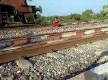"""【閲覧注意】電車の飛び込み自殺者が""""粉砕される""""決定的瞬間! 少女の肉体が猛スピードの列車で木っ端微塵に!=インド"""