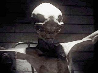 """米軍が宇宙人を拷問、自白させる映像が流出! 磔にされたエイリアンが語った""""この世の仕組み""""とは?"""