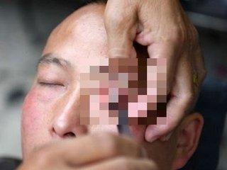 """【中国】眼球をカミソリで剃って人々の視力を向上させてきた理髪師の驚愕テクニック! """"裸エプロン""""サービスも"""
