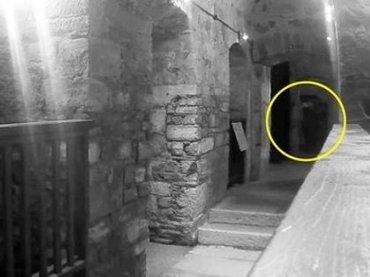 """イギリスの廃刑務所で""""首吊り幽霊の姿""""がくっきりスゴ激写! 黒服、白面…100年以上前に死んだ死刑囚で確定か?"""
