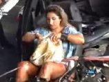 """【閲覧注意】交通事故直後の車内で平然と化粧する""""鬼畜女""""が胸糞&最強すぎる! 死にかけの運転手を尻目に… ショックによる「解離」か!?=ブラジル"""