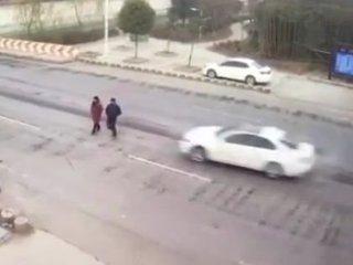 【閲覧注意】交通事故の真の恐ろしさを伝える悲惨映像3選! 猛スピードの車の前で、人間はピンボールでしかないのか…