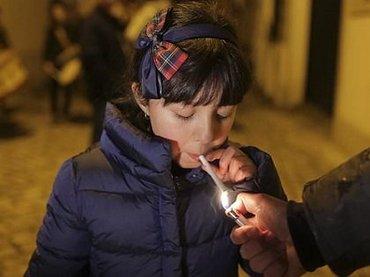 5才児でも喫煙が奨励されるポルトガルの村が超話題! 母親「すぐ煙を吐き出してるから問題ない」、ルーツ不詳の異教の儀式か