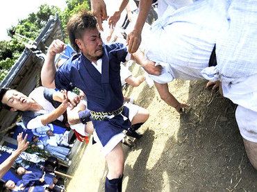 【長崎県の奇祭】男たちがガチで殴りあう「ケンカ祭り」が壮絶すぎる! 顔面ボコボコ…飛び蹴りも!