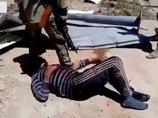 【閲覧注意】シリア人捕虜を拷問するロシア兵の超残虐映像流出、非人道的すぎる! ハンマーで手をブッ潰して大爆笑… 戦場のリアル
