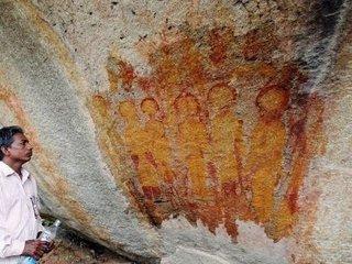 1万年前に描かれた「宇宙服を着たエイリアンとUFO」の洞窟画に衝撃展開! NASAが本格調査の可能性=インド