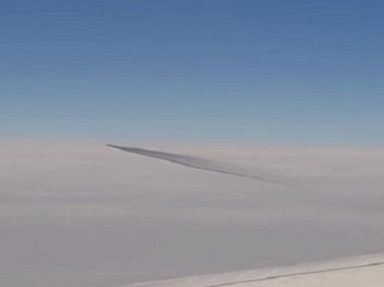 """【今年最強のUFO動画】旅客機がトルコ上空で""""巨大ばかうけ型UFO""""とニアミス! ガチ映像を乗客が撮影、謎すぎる動き!"""