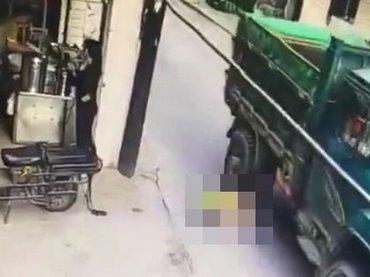 【閲覧注意】母の不注意でベビーカー転倒 → 赤ん坊の頭がトラックに潰される瞬間! 絶叫する母に「ダメ親」の声=中国