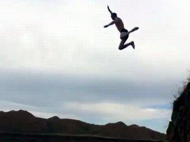 【閲覧注意】崖から飛び込んで大失敗するとこうなる! 「グシャッ」とバウンドする躰、クリフダイビングの危険性を知れ! =パナマ