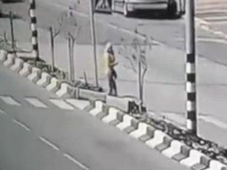 【閲覧注意】歩きスマホは通話でも危険すぎる ― 大きく回転しながら数十メートル吹っ飛ばされるブロンド美女の絶望的姿=ヨルダン
