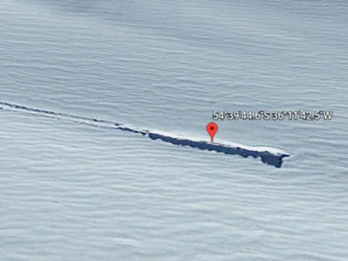 【衝撃】南極で「葉巻型UFO」が墜落、グーグルアースに鮮明に写り込む!機体と2本の直線が…!