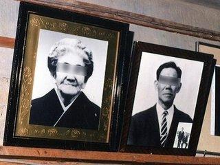 自殺した老夫婦を祭る「祭壇廃墟」に潜入! 地元民も恐怖「夜になると霊が出る」超有名宗教家の写真も…