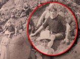 【衝撃】1917年の写真に「現代のサーファー男」が写っていたことが判明! Tシャツ、短パン… タイムトラベラーか?