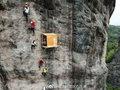 なんでこんなところに!? 断崖絶壁に立つ「世界一危険」なコンビニが中国でオープン!