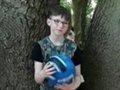 """【心霊写真】9歳少年の背後にゾッとするほど「青白い顔の少年の霊」がクッキリ! まるで""""呪怨の少年""""の姿に世界が恐怖!"""