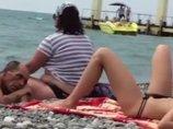 """【閲覧注意】太った妻の横で、夫がセクシー美女を狂ったように""""ゲス視姦""""! これぞ「触らない痴漢」の決定的瞬間!"""