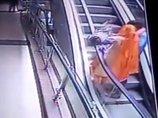 【閲覧注意】エスカレーターで母親の手から赤ん坊が滑り落ちる悲劇の瞬間! 自撮りが原因… 親のエゴが招いた子どもの死=インド