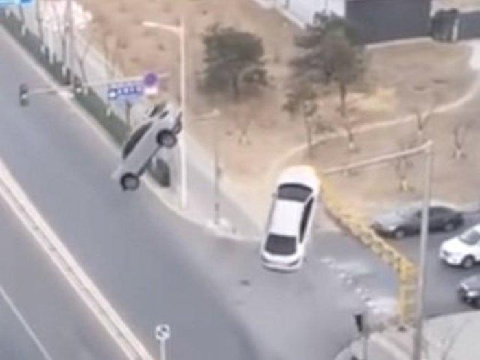 【神奇動画】中国で自動車が突然宙に舞い上がる超常現象発生、警察も捜査! 過去最大級のUFOアブダクションか、百瀬直也が徹底検証!