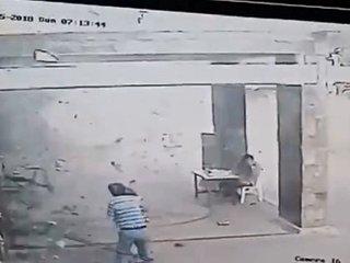 """【閲覧注意】""""家族総出の自爆テロ""""で教会が地獄になった瞬間! 9歳少女も自爆… ISの残党が仕掛ける鬼畜攻撃の一部始終=インドネシア"""