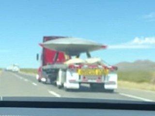 【衝撃】エリア51で「巨大円盤型UFO」を輸送中のトラックが撮影される! 捕獲されたUFOか、実験機か…議論沸騰!