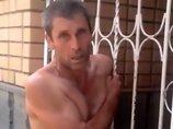 全裸でフェンスに挟まっている自称「ゴーストハンター」がロシアで激写される! 調査中の霊障か!?