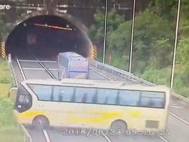 【閲覧注意】超悲惨なスクールバス横転事故! 大量の生徒が窓を突き破って投げ出され… 3人死亡の衝撃=中国