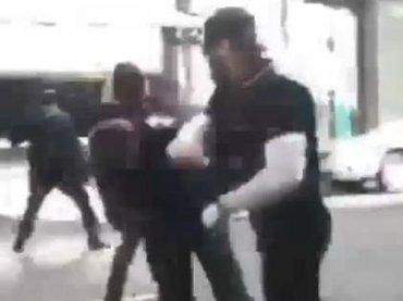 【閲覧注意】アンティファが極右男のフックで一発KOされる決定的瞬間! 暴動中に撮影された痛すぎるストリートファイト映像=米