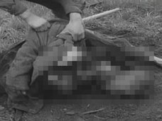 米兵がナチスの強制収容所から死体を掘り起こす