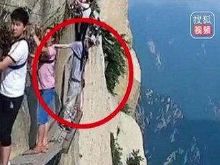 【閲覧注意】世界一危険な道「長空桟道」で男が飛び降り自殺! 標高2000mからダイブする決定的瞬間が怖すぎる=中国