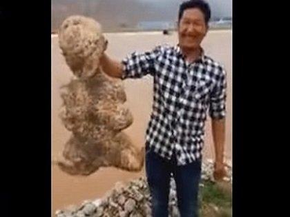 """中国の川で激ヤバ「ヒト型UMA」が生きて発見される! 頭、腕、脚、眼球も確認…新種の""""スポンジ生物""""か!?"""
